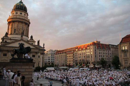 Dinner in White. Flashmob. Berlin, Gendarmenmarkt